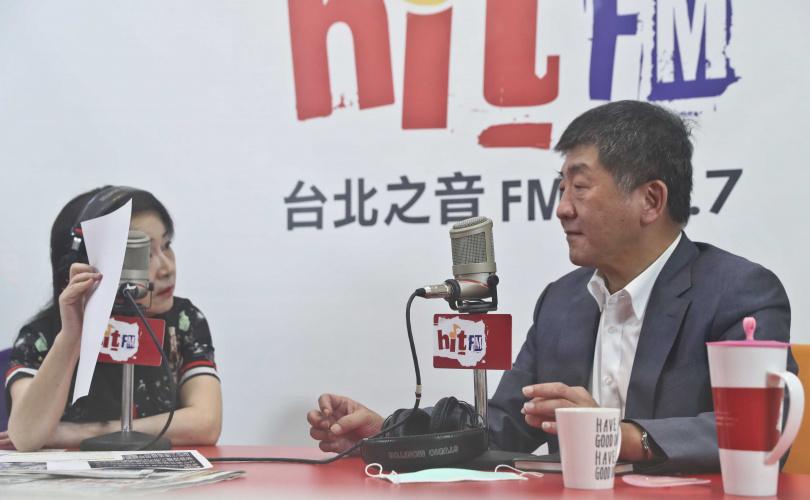 中央流行疫情指揮中心指揮官陳時中(右)20日上電台接受節目主持人周玉蔻(左)專訪。(圖/報系資料照)