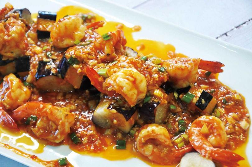 川味乾燒蝦仁加入客家塔香茄子是川客結合的手法。(圖/駱進漢提供)