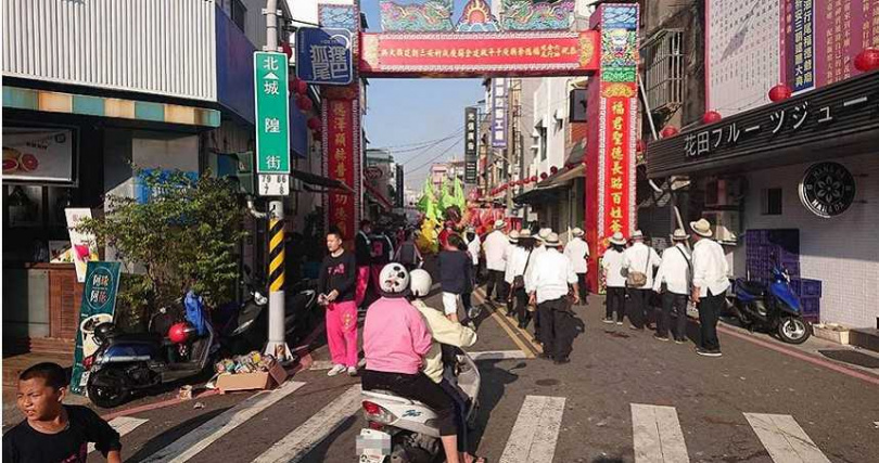 台南市部分路段13日因遶境造成塞車,連機車都無法進入。(圖/程炳璋攝)