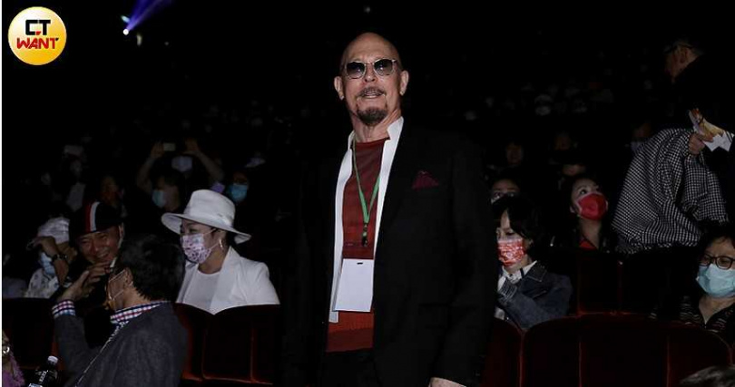 薛智偉和前妻所生的小孩薛鈞仁也來到現場。
