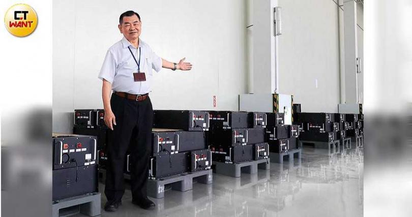 台電的儲能櫃正在長泓能源台中后里廠房進行組裝準備出貨。(圖/王永泰攝)