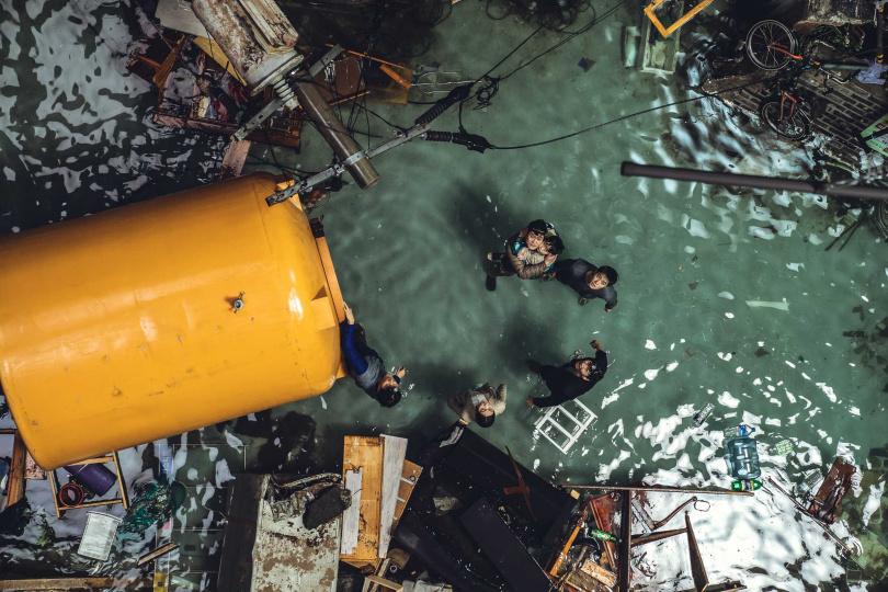 除了被土埋,車勝元等人在片中還遭遇淹水危機。(圖/翻攝自網路)