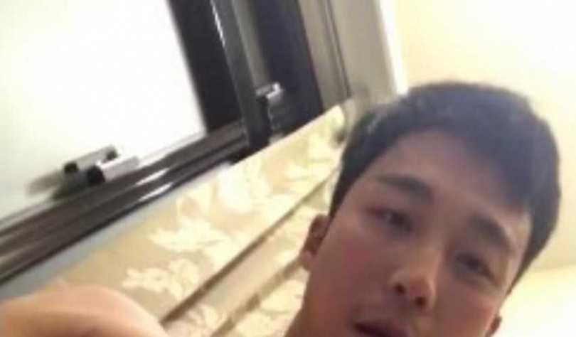 卞慶華在不同背景下拍攝影片。(圖/翻攝網路)