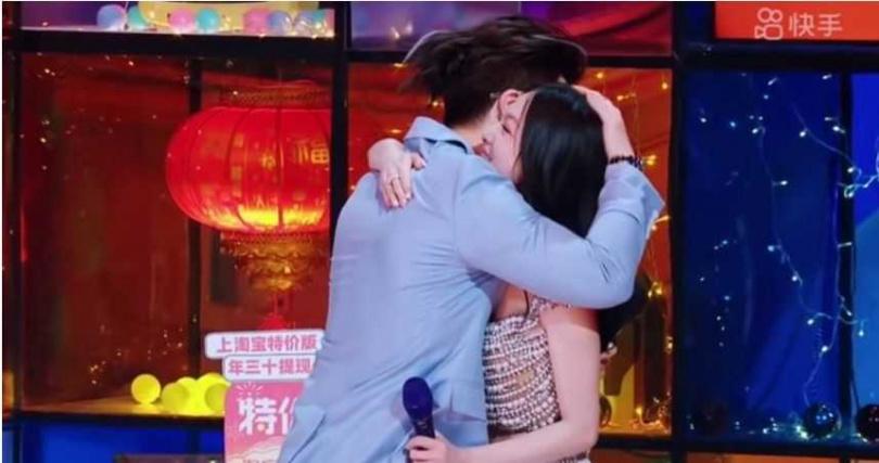 張韶涵和許紹洋熱情相擁。(圖/翻攝自Angela's Music Youtube)