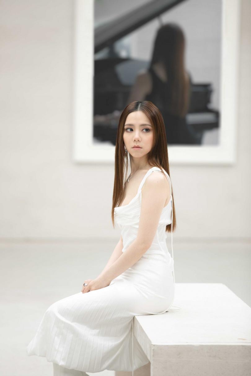 在〈孤獨〉MV中,鄧紫棋帶領大家進入畫廊,牆上每一幅畫都象徵她自16歲出道以來不同的歷程和感受。(圖/索尼音樂提供)