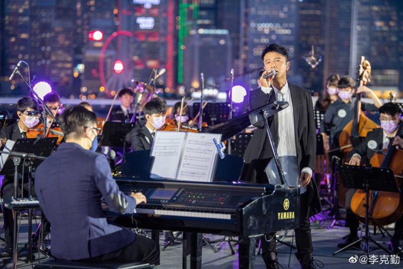 李克勤日前在張國榮紀念演演唱會上深情表演。(圖/李克勤微博)