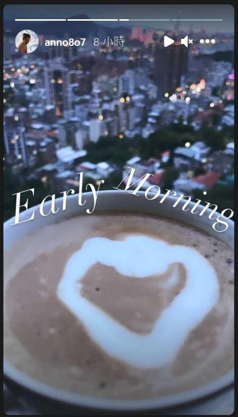 許瑋甯上周在IG貼出一張愛心拉花咖啡照,被網友指背後的山景與建築和邱澤家外相近。(圖/翻攝自許瑋甯IG)
