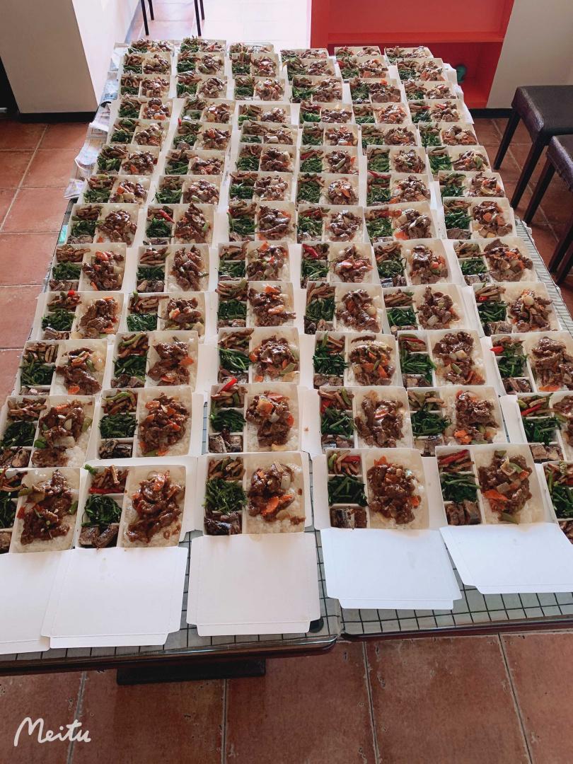 餐飲業者今早趕工製作100個美味便當。(圖/餐飲業者提供)