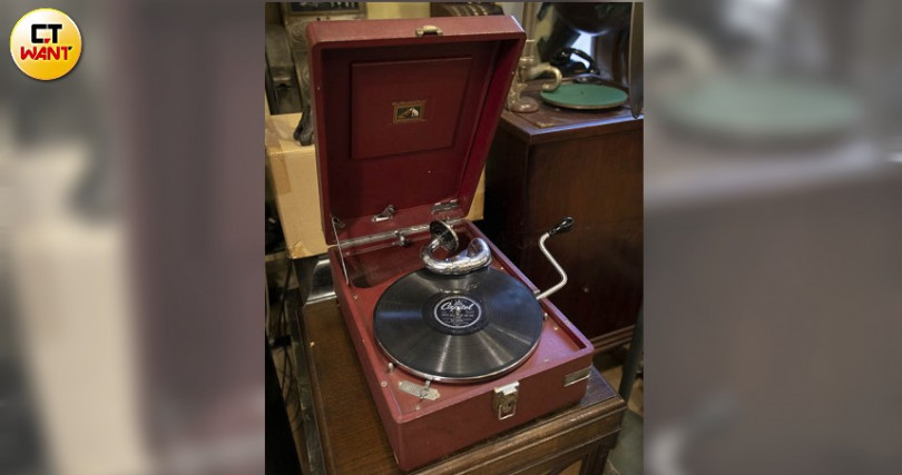 古董手提黑膠唱片機,播出的音質很有歲月的底蘊。(圖/林勝發攝)