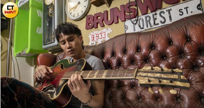 陳彥允抱著1957年出廠的貓王爵士吉他,彈得渾然忘我。(圖/林勝發攝)