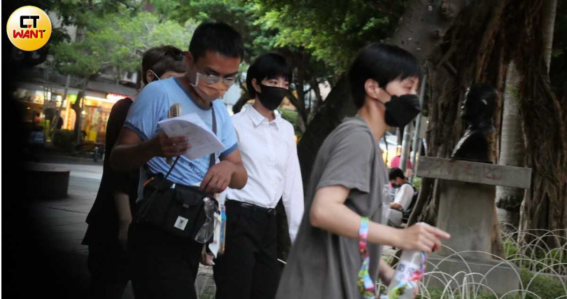 由於現在全台為二級防疫期間,現場工作人員加上演員均戴上口罩,桂綸鎂也只有在拍攝過程中會暫時脫下口罩。(圖/本刊攝影組)