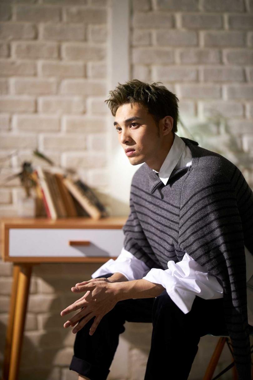 黃偉晉在新歌〈背光旅行〉MV中,一人分飾兩角。(圖/愛貝克斯提供)