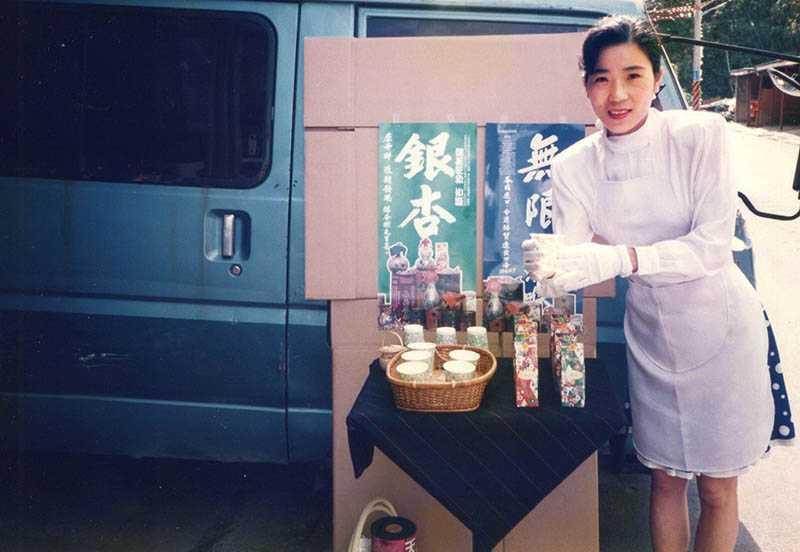 年輕時的林銀杏,開著發財車到菜市場銷售杏仁粉。(圖/林銀杏提供)