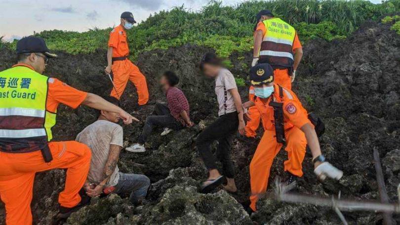越南偷渡客跳海游上墾丁,海巡一早又逮6人。(海巡提供/圖/中國時報謝佳潾屏東傳真)