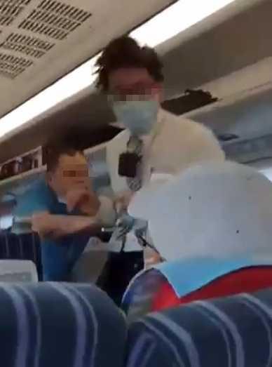 男子攻擊列車長,網友拍下的畫面,列車長被人一路追打,連帽子都被打掉,狀況狼狽。(圖/翻攝畫面)