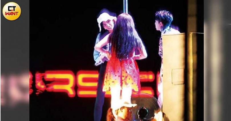 擔任舞蹈編排的莉婭,十分盡責地指導兩人動作演出。(圖/本刊攝影組)