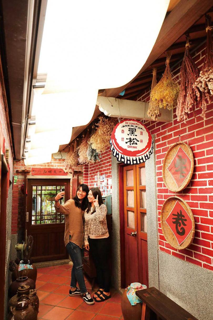 「窄巷古厝咖啡」的懷舊空間,讓人彷彿搭乘時光機回到阿嬤年代。(圖/于魯光攝)