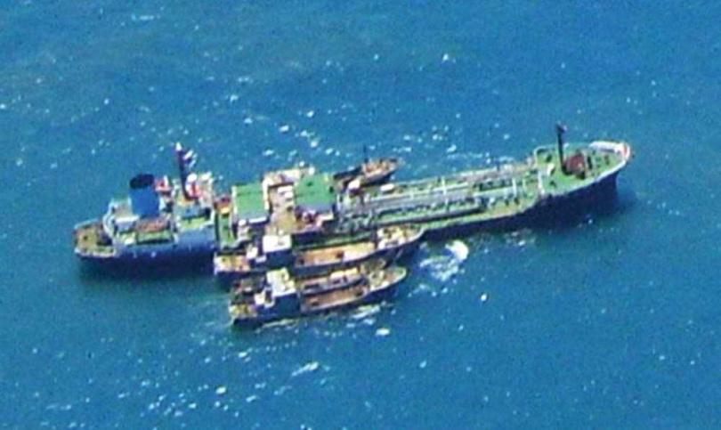 過去不時傳出有非合法業者讓油輪在公海上賣油給漁船,讓不少人誤以為油輪在公海駁油,多有不法情事。圖為油輪為大陸漁船加油。(圖/海巡署提供)