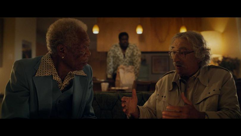勞勃狄尼洛飾演一名魯蛇製片,為債務煩惱的他竟想靠拍片意外賺取保險金。