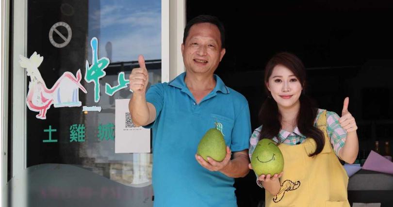 中山休閒農業區理事長林長輝(右)與黃露瑤一同拍攝宜蘭柚子推廣短片。(圖/楠軒工作室)