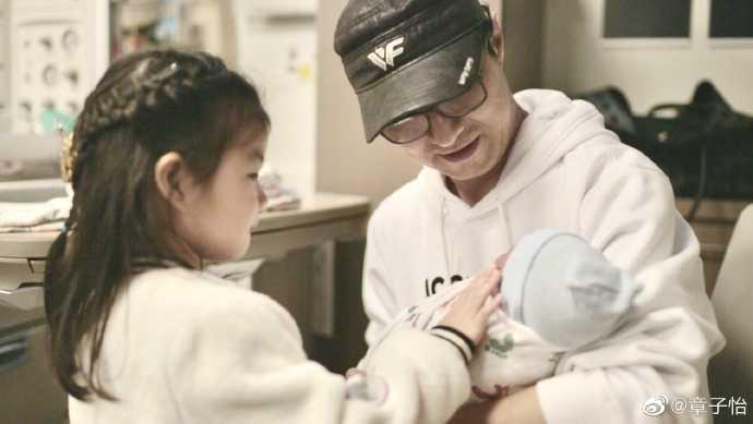 汪峰抱起剛出生的兒子。(圖/翻攝自章子怡微博)
