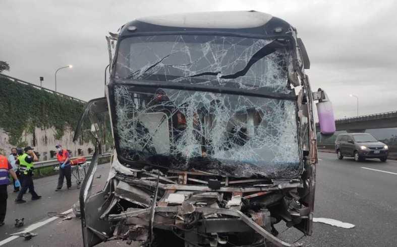 國道1號桃園往林口路段今日清晨5時許,疑似大雨不斷視線不佳,發生國光客運追撞聯結車意外,造成8人受傷。(圖/報系資料照)