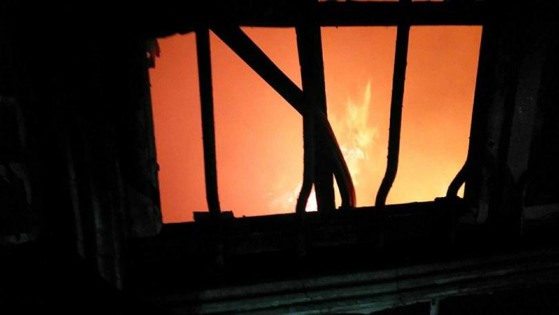 由於火警發生現場為傳統平房,火勢一發不可收拾,警消調查,祖孫三代共六人住在裡面,其中有兩大兩小遭燒死。(圖/翻攝畫面)