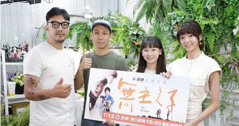 導演簡學彬(左起)、張智昇這次拍攝帶著演員群包括吳鈺萱、周宇柔等移地到嘉義拍攝。(圖/民視提供)