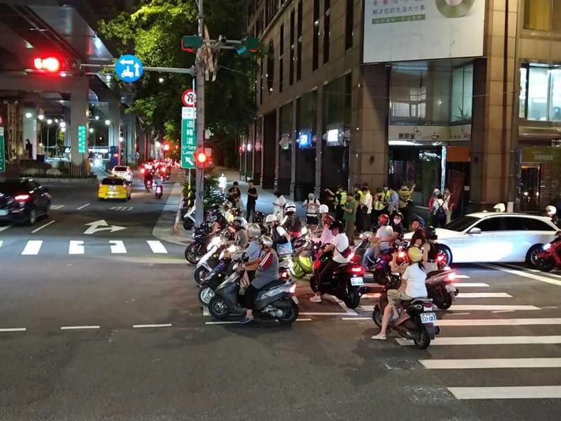 就算沒有抗議活動,鄭州路、塔城街口到了晚間10點,也根本無法待轉機車的數量,更何況是平日的肩峰時段。(圖/台灣機車路權促進會臉書)