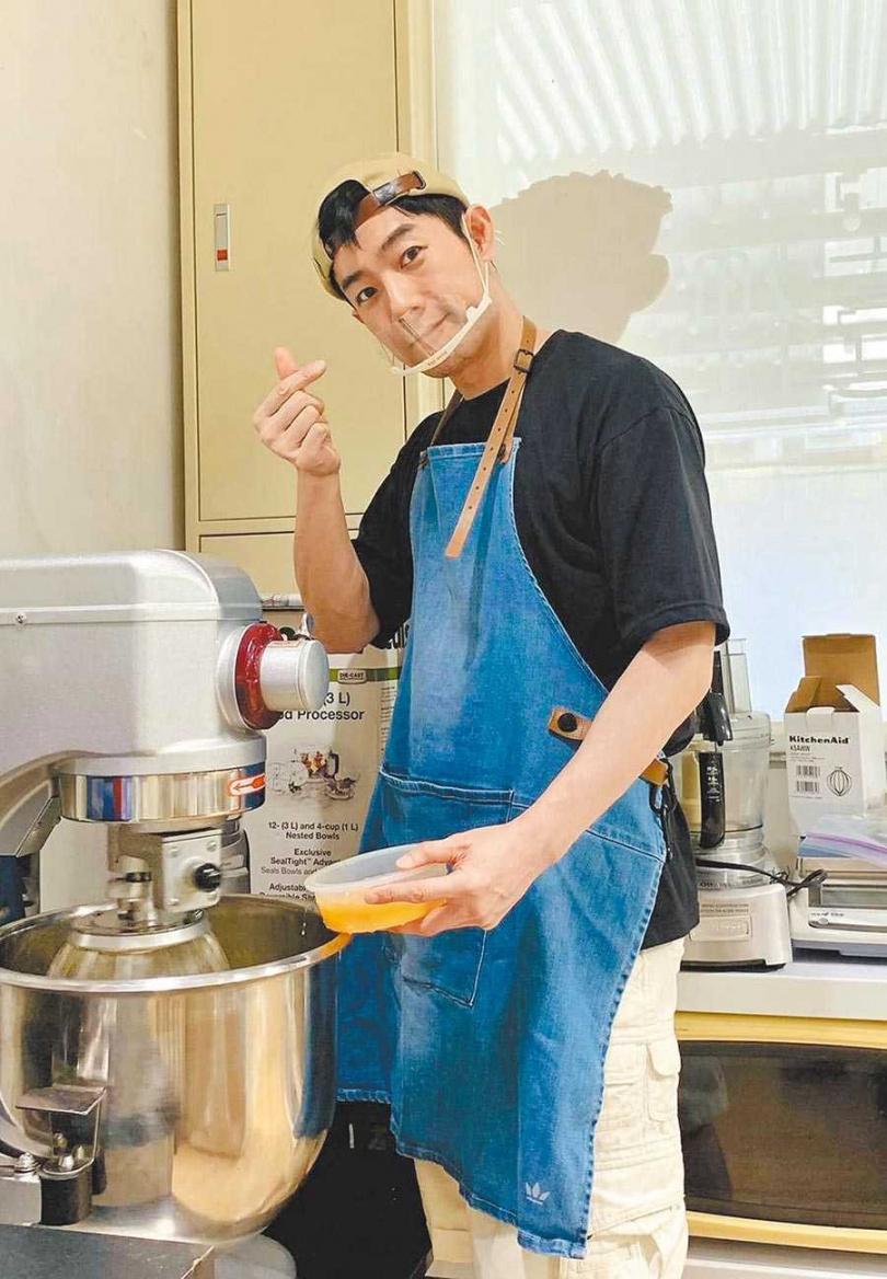 施易男熱愛製作甜點,感謝粉絲、學生支持。(圖/摘自臉書)