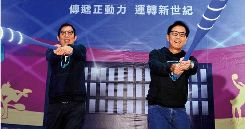 富邦金控董事長蔡明興(左)與其兄台灣大董事長蔡明忠。(圖/報系資料照)