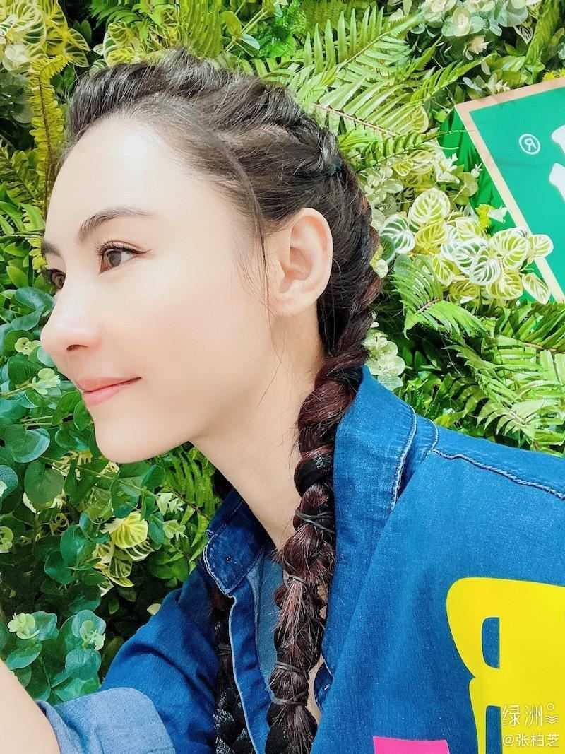 張柏芝在微博曬出側臉照,讓網友回想起她演出的《喜劇之王》扮相(圖/翻攝自微博)