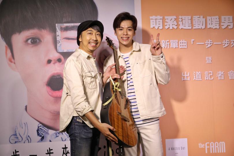 老闆深白色老師(左),贈送一把吉他給Zing作為出道賀禮。(圖/張祐銘攝影)