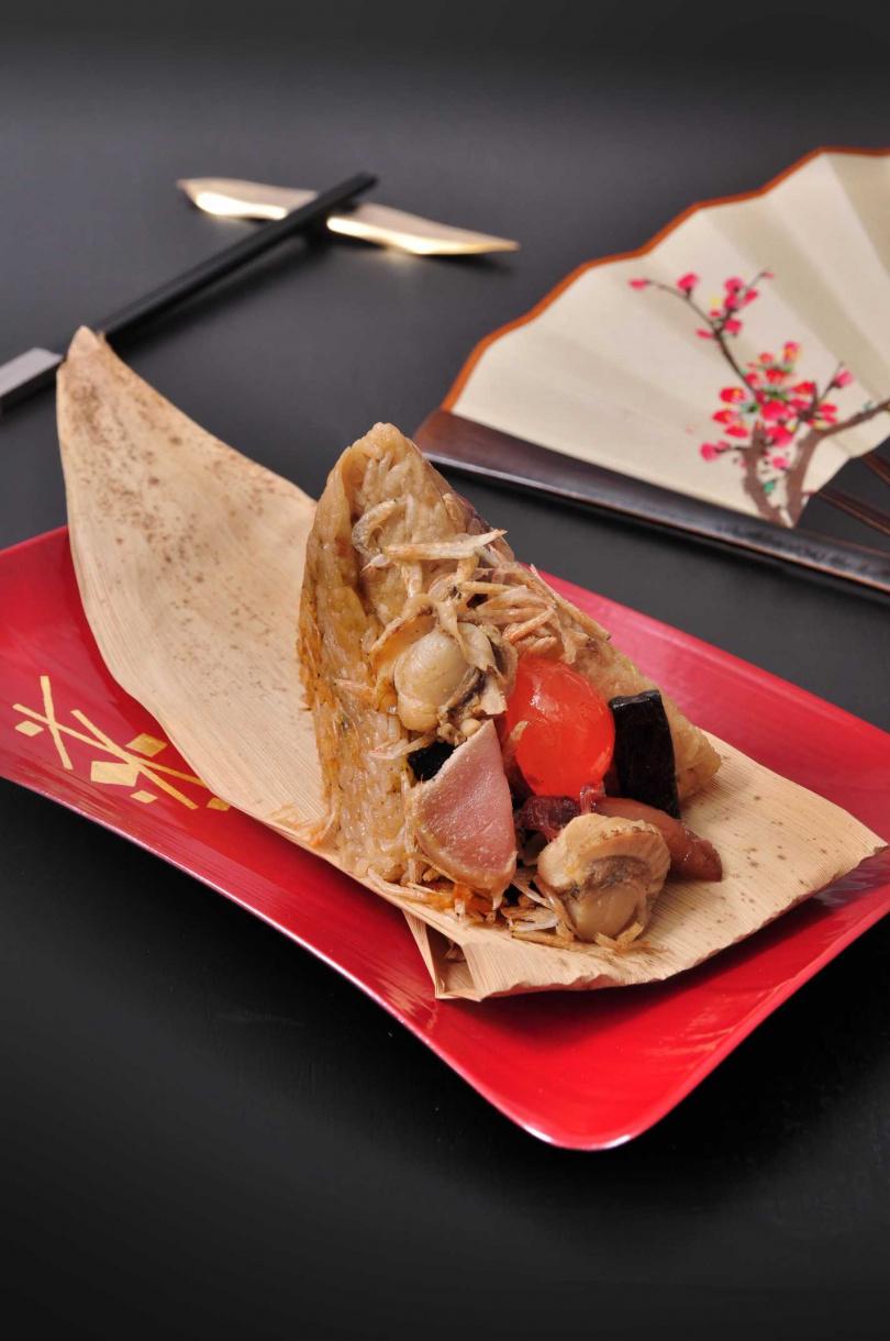 「旗艦黑鮪海鮮粽」。(360元/顆,圖/凱撒飯店連鎖提供)
