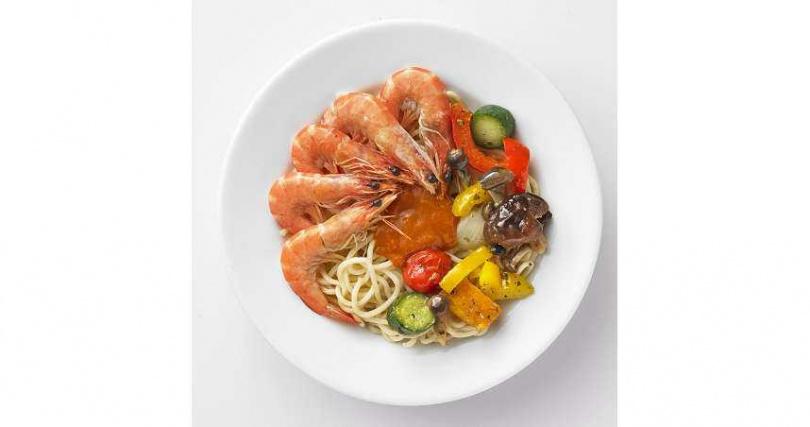 「白蝦烤蔬菜麵」嚴選特級白蝦仁搭配義大利麵條,淋上香濃的龍蝦風味醬,每口都嚐得到濃郁海鮮味