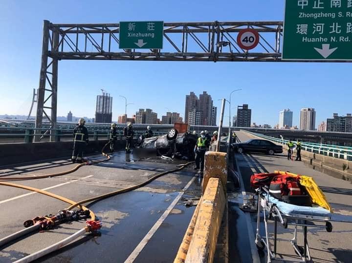 三重區中興橋發生嚴重車禍。(圖/翻攝自爆料公社臉書)