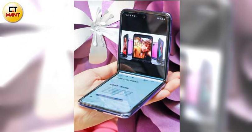 Z Flip上下螢幕可成為多工應用視窗,上螢幕用來觀看影片,下螢幕則可瀏覽網頁。(圖/馬景平攝)