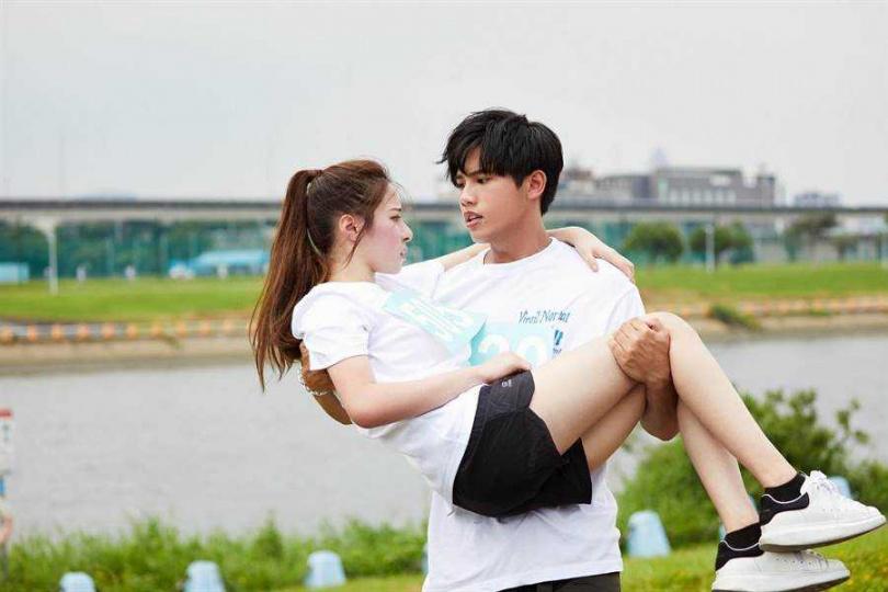林孟辰與女主角拍MV時,公主抱NG近十次。(圖/環球音樂提供)