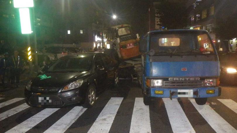 銀色自小客車因暴衝撞3車,造成肇事車主受輕傷。(圖/讀者提供)