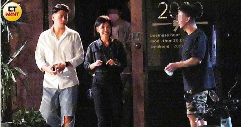 深夜時分彭佳慧依然神采奕奕,笑容滿面地和朋友在夜店門口聊天。(圖/本刊攝影組)