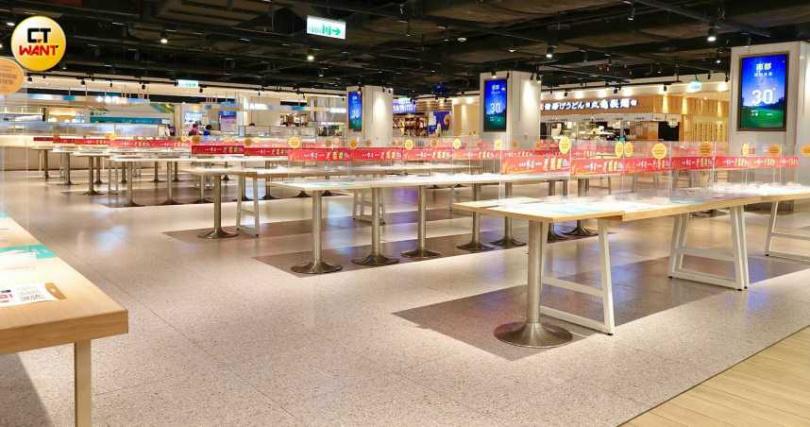 因應台北市防疫政策,台北市飯店、餐廳、冰品飲料店及地下街商場餐廳等只提供外帶及外送服務,民眾相當遵守政府規定。(圖/馬景平攝影)