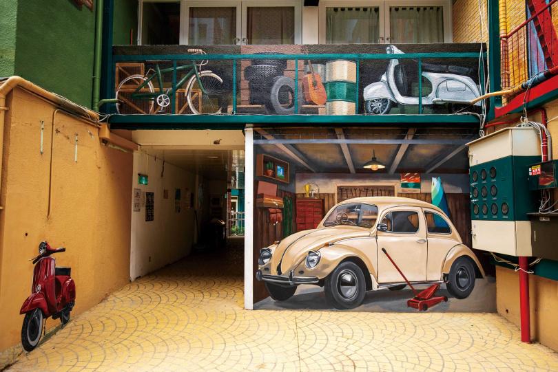 偉士牌機車和復古金龜車,是「職人町」最搶眼的3D彩繪主題之一。(圖/宋岱融攝)