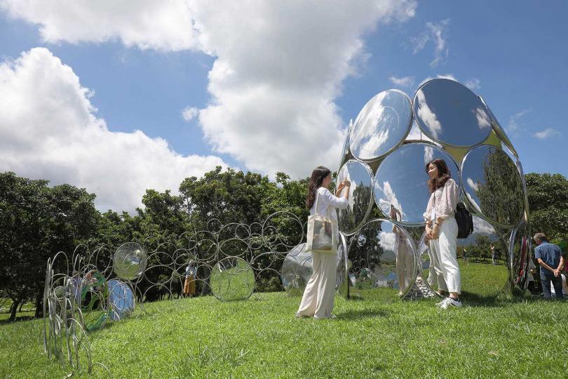 以多個鏡面呈現的《生命的反思》,讓遊客的影像融入作品。(圖/于魯光攝)