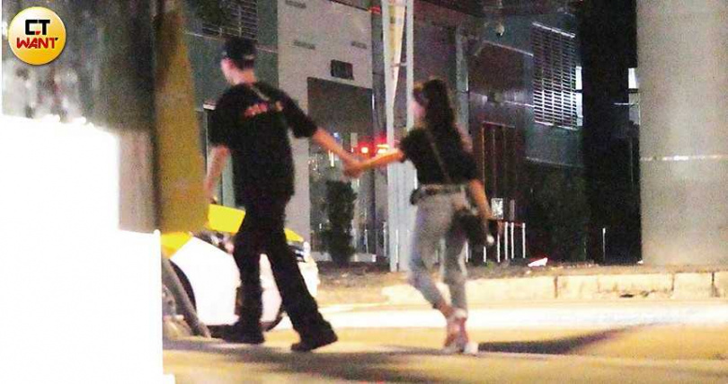 續攤夜唱約1小時後,Wish與張雅涵先行告退,小倆口甜蜜牽手搭車,展開下一段約會。(圖/本刊攝影組)