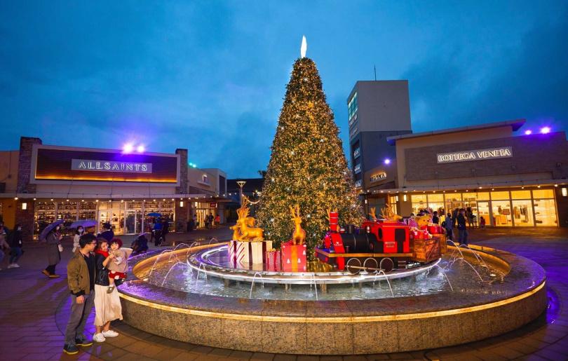 水上列車環繞著8米高聖誕樹。(圖/華泰名店城提供)