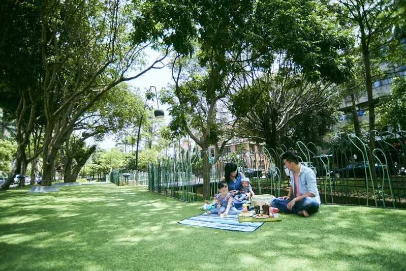 新竹市府「隆恩圳景觀工程」是「步行城市」計畫的一環,由建築師黃聲遠操刀,用古圳水道與沿岸的老樹群,分段設計高架綠地、樹林及公園,打造成為770公尺長的超大都市綠廊。(圖/新竹市政府提供)