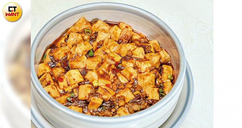 「麻婆豆腐」花椒粉帶麻,辣豆瓣醬炒辣,辣椒炒透紅,讓豬肉末入味。(180元起)