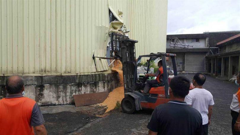 一名義竹農會員工因不明原因遭玉米倉庫玉米淹沒,使用破壞器材洩出玉米後將男子救出。(圖/翻攝照片)