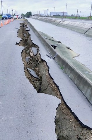 嘉義縣鴨母寮大排坍塌出50米長裂縫。(圖/翻攝立委蔡易餘臉書)