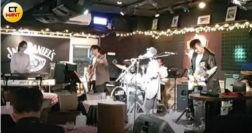 獨立樂團「可以不要嗎」在小型的Live House演出。(圖/甯其遠攝)